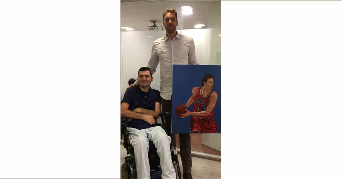 Pau Gasol recibe su cuadro pintado con la boca por Florín Anghel